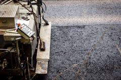 Asfaltafwerker, betonmolen die een asfaltweg aanleggen Stock Foto