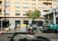 Asfaltarbetarlag som poserar nya roadworks Barcelona Royaltyfri Bild