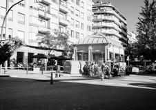 Asfaltarbetarlag som poserar nya roadworks Barcelona Arkivbild