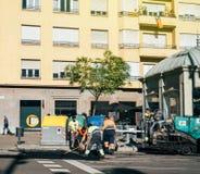Asfaltarbetarlag som poserar nya roadworks Barcelona Arkivbilder