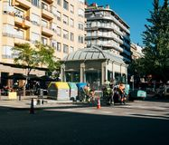 Asfaltarbetarlag som poserar nya roadworks Barcelona Arkivfoto