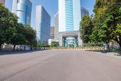 Asfaltbestrating met moderne stedelijke achtergrond Royalty-vrije Stock Afbeeldingen