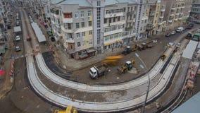 Asfaltbetonmolen, rol en vrachtwagen op de plaats van de wegreparatie tijdens het asfalteren timelapse Wegenbouwmateriaal stock videobeelden