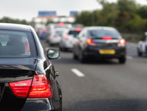 asfaltbilar sitter fast den seamless trafikvektorwallpaperen Arkivfoton
