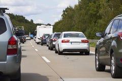 asfaltbilar sitter fast den seamless trafikvektorwallpaperen Arkivfoto