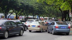 asfaltbilar sitter fast den seamless trafikvektorwallpaperen Royaltyfria Bilder