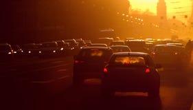 asfaltbilar sitter fast den seamless trafikvektorwallpaperen Arkivbilder