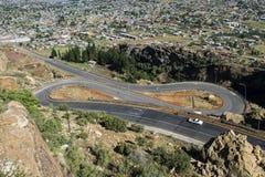 Asfalte a estrada do alcatrão que conduz na distância Imagens de Stock Royalty Free