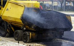 Asfalte o paver com o asfalto aquecido fotografia de stock royalty free