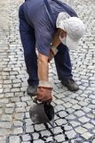Asfalte o trabalhador que derrama o passo derretido de uma cubeta do alcatrão Fotos de Stock