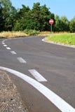 Asfaltera tillfartsvägen med ett trafiktecken inget tillträde Royaltyfria Bilder