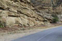 Asfaltera vägen nära kanjonen i Georgia arkivbilder