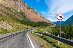 Asfalterad väg bland de Altai bergen, Altai republik, Ryssland fotografering för bildbyråer