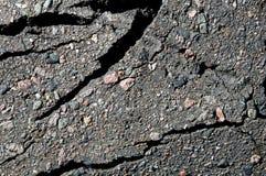 Asfalti il fondo, nei pezzi Asfalto grigio, con le parti della pietra schiacciata dei colori differenti immagini stock libere da diritti