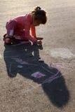 asfaltkrita tecknar sunen för flickahusmålningen royaltyfria foton