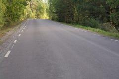 Asfaltlandweg stock foto's