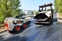 Asfalto che pavimenta costruzione: Caterpillar Fotografie Stock Libere da Diritti