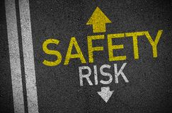 Asfalto con delle frecce sicurezza ed indietro il rischio in avanti illustrazione vettoriale