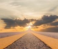 Asfalto del camino suspendido a la puesta del sol imagen de archivo libre de regalías