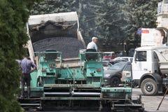 Asfalto del cargamento en un esparcidor del asfalto Fotografía de archivo libre de regalías