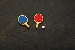 Asfalto della palla delle racchette di ping-pong nessuno fotografie stock