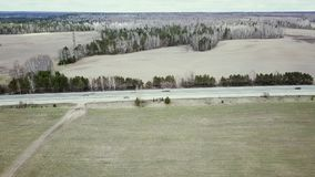 Asfalto el bosque de la carretera y de la primavera de una vista panorámica Fotografía aérea de la naturaleza HD almacen de video