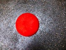 Asfalto grigio bagnato, palla concreta rossa fotografia stock