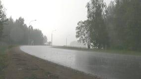 Asfalto la lluvia de la carretera metrajes