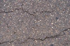 Asfalto la superficie de la carretera con las pequeñas grietas y los daños fotografía de archivo