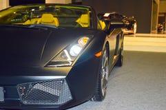 Asfalto molhado da cor convertível do carro de esportes na sala de exposições imagens de stock royalty free
