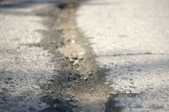 asfalto rachado céu após o terremoto fotos de stock royalty free