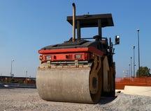 Asfaltowa brukowa maszyneria w budowa drogi miejscu, Frontowy widok swój rolownik fotografia royalty free