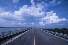 Asfaltowa droga chmurny niebo Fotografia Stock