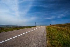 Asfaltowa droga i niebieskie niebo Zdjęcia Stock
