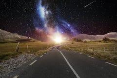 Asfaltowa droga nad nocnym niebem lub przestrzenią Fotografia Stock