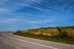 asfaltowa droga nad polem trawa podczas lata Obrazy Stock