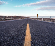 Asfaltowa droga prowadzi miejsce przeznaczenia Fotografia Stock