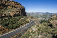 Asfaltowa droga prowadzi w odległość fotografia royalty free