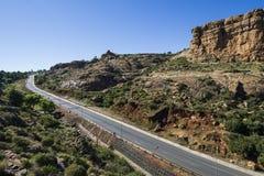 Asfaltowa droga prowadzi w odległość obraz stock