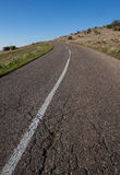 Asfaltowa droga przez zielonego pola czystego niebieskiego nieba i Zdjęcie Royalty Free