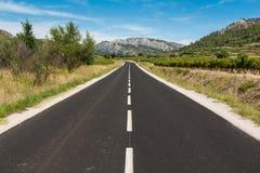 Asfaltowa droga w kierunku gór Obraz Stock