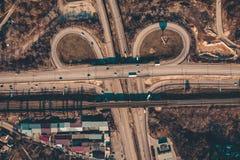 Asfaltowa droga w mieście, przewieziony złącze z samochodowym ruchem drogowym i widok od trutnia, okręgu ruchu, powietrznego lub  obraz royalty free
