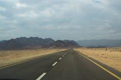 Asfaltowa droga w pustyni Obraz Royalty Free