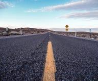 Asfaltowa droga wzdłuż pustyni Fotografia Stock