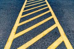 Asfaltowa droga z żółtą linią Zdjęcia Stock