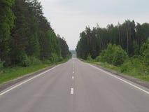 Asfaltowa droga z dwa pas ruchu jest pusta obrazy royalty free