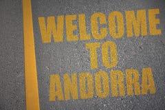 asfaltowa droga z teksta powitaniem Andorra blisko żółtej linii Zdjęcia Royalty Free