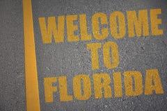 asfaltowa droga z teksta powitaniem Florida blisko żółtej linii zdjęcie stock