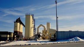 Asfaltowa roślina, produkcji maszyneria, Cumberland okręg administracyjny Maine, Marzec 8, 2019 obrazy stock