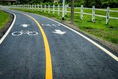 Asfaltowa rowerowa droga z żółtą linią Zdjęcie Stock